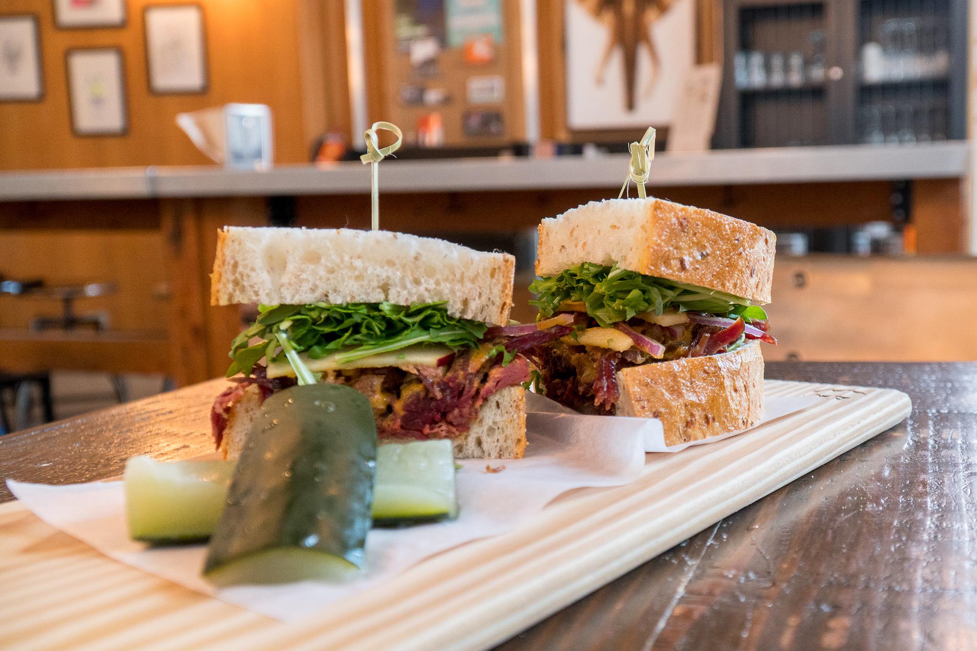 Sandwich et cornichons de King + Bannatyne - Où manger à Winnipeg