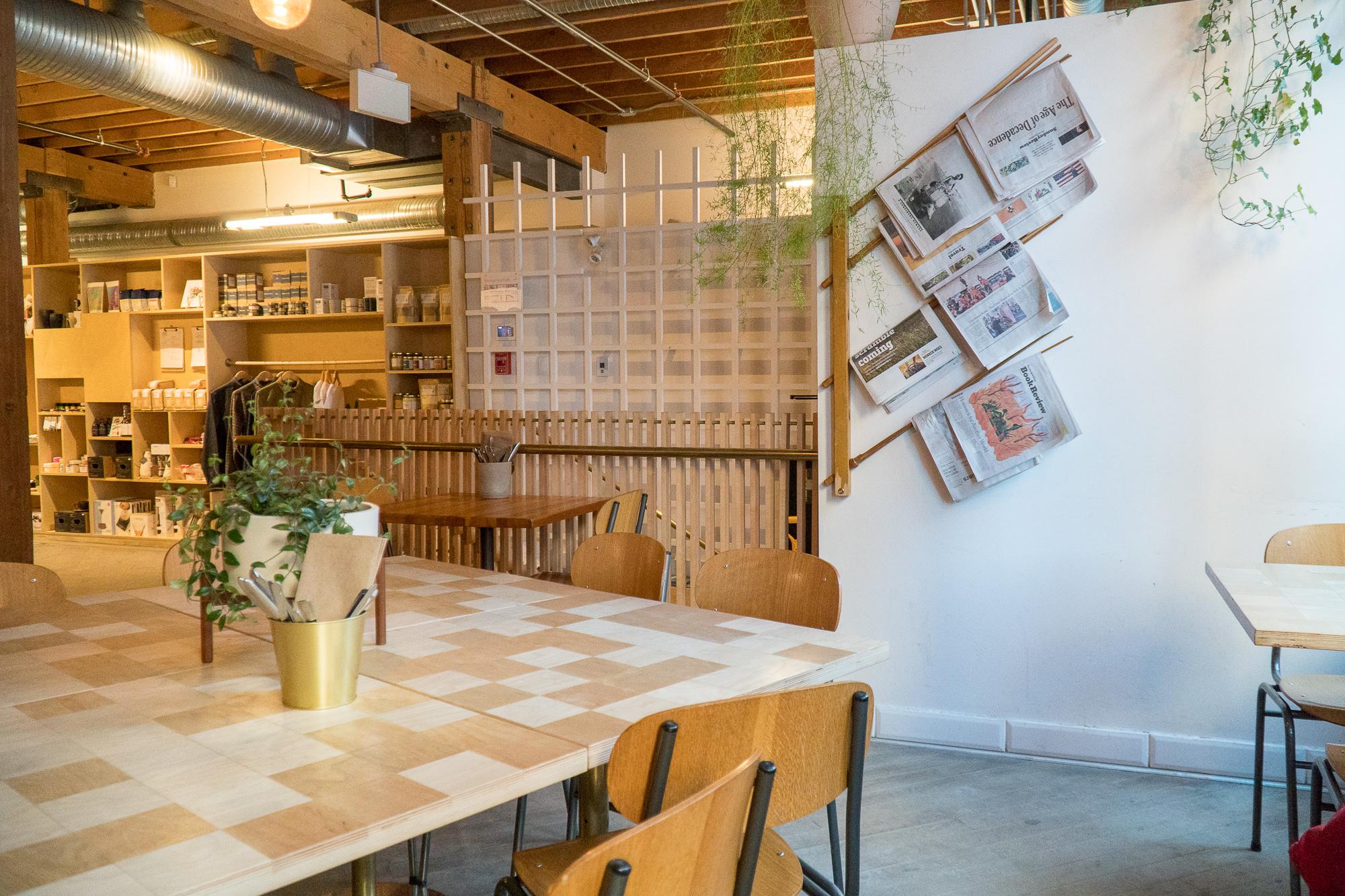 tables et salle du Forth Café