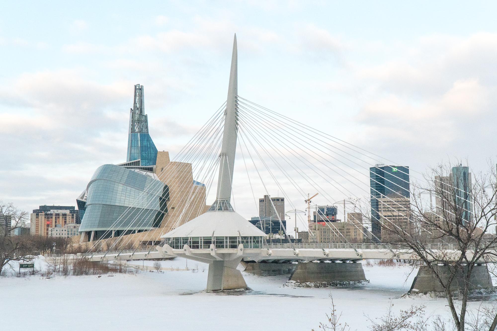 Vue du pont de Winnipeg et musée des droits de la personne