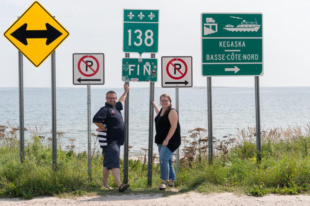 Jennifer et Jérôme à la fin de la route  138- Panneaux à Kegaska