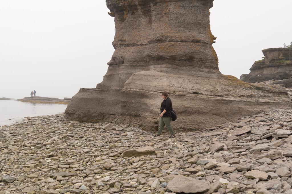 Jennifer marchant à côté des monolithes