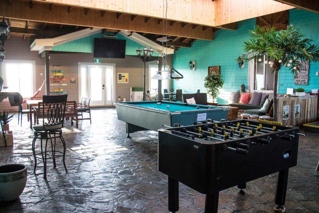 Auberge Paradis Bleu - Table de billard - où dormir aux îles de la Madeleine - Blogue de Béatrice