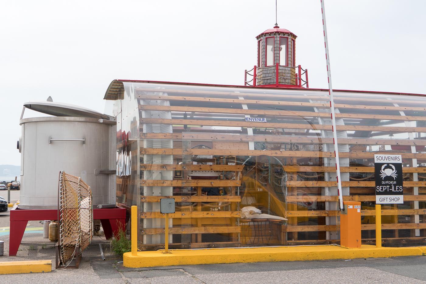 Casier à homard géant au Casse-Croûte du Pêcheur de Sept-Îles