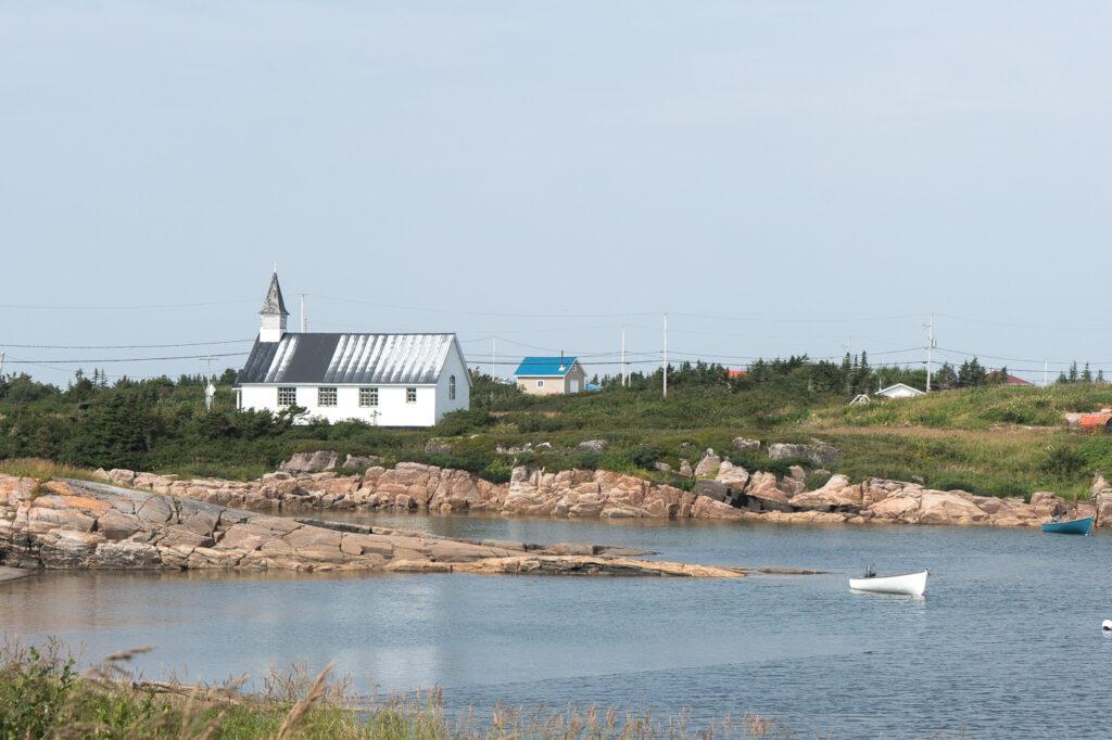 Église et chaloupe sur le lac à Kegaska sur la Côte-Nord