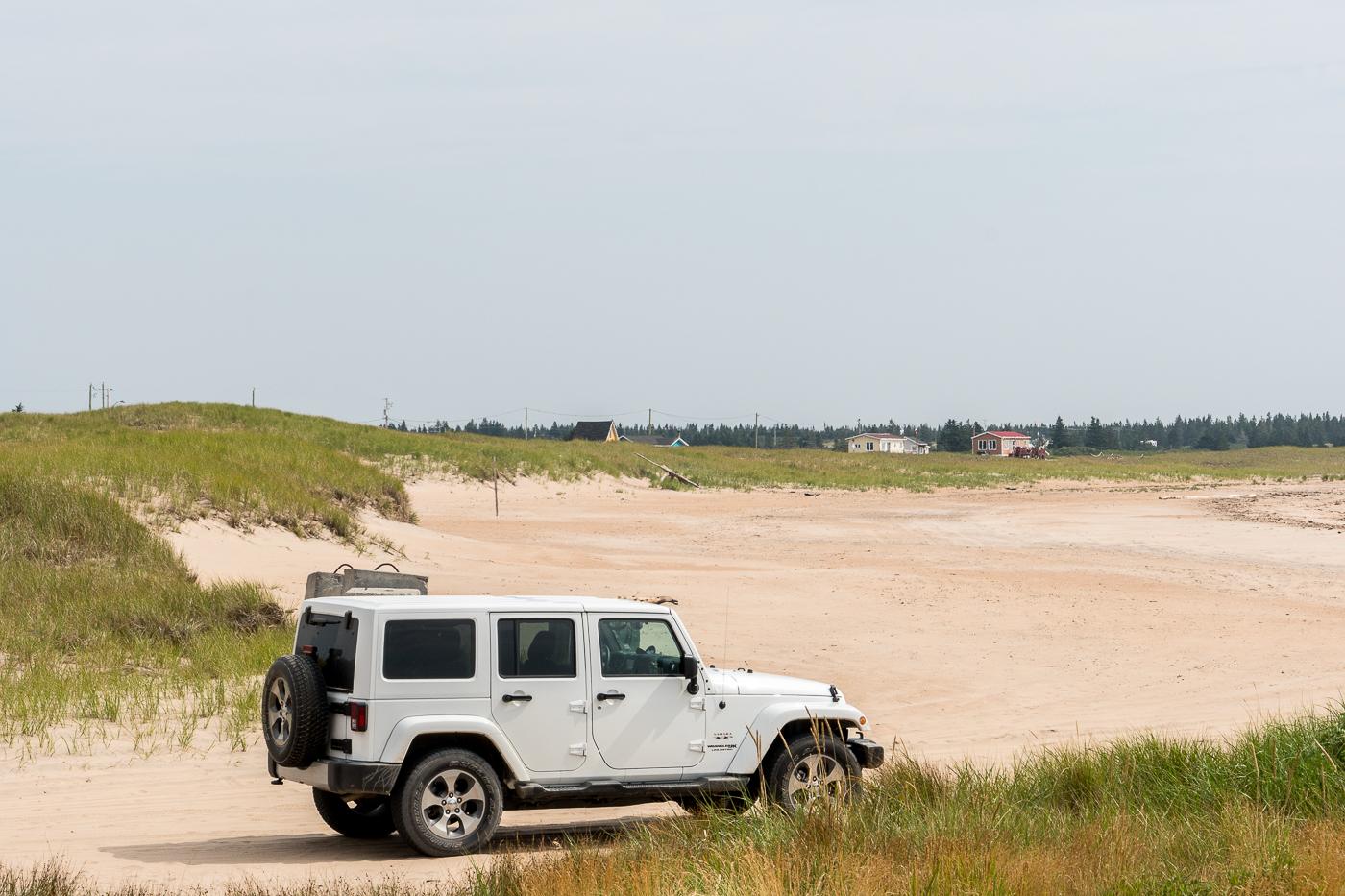 Jeep en road trip en Côte-Nord sur la plage de Natashquan