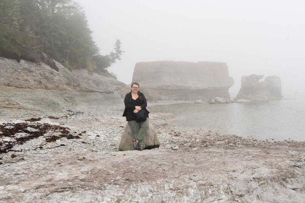 Jennifer Doré Dallas devant les monolithes de Mingan