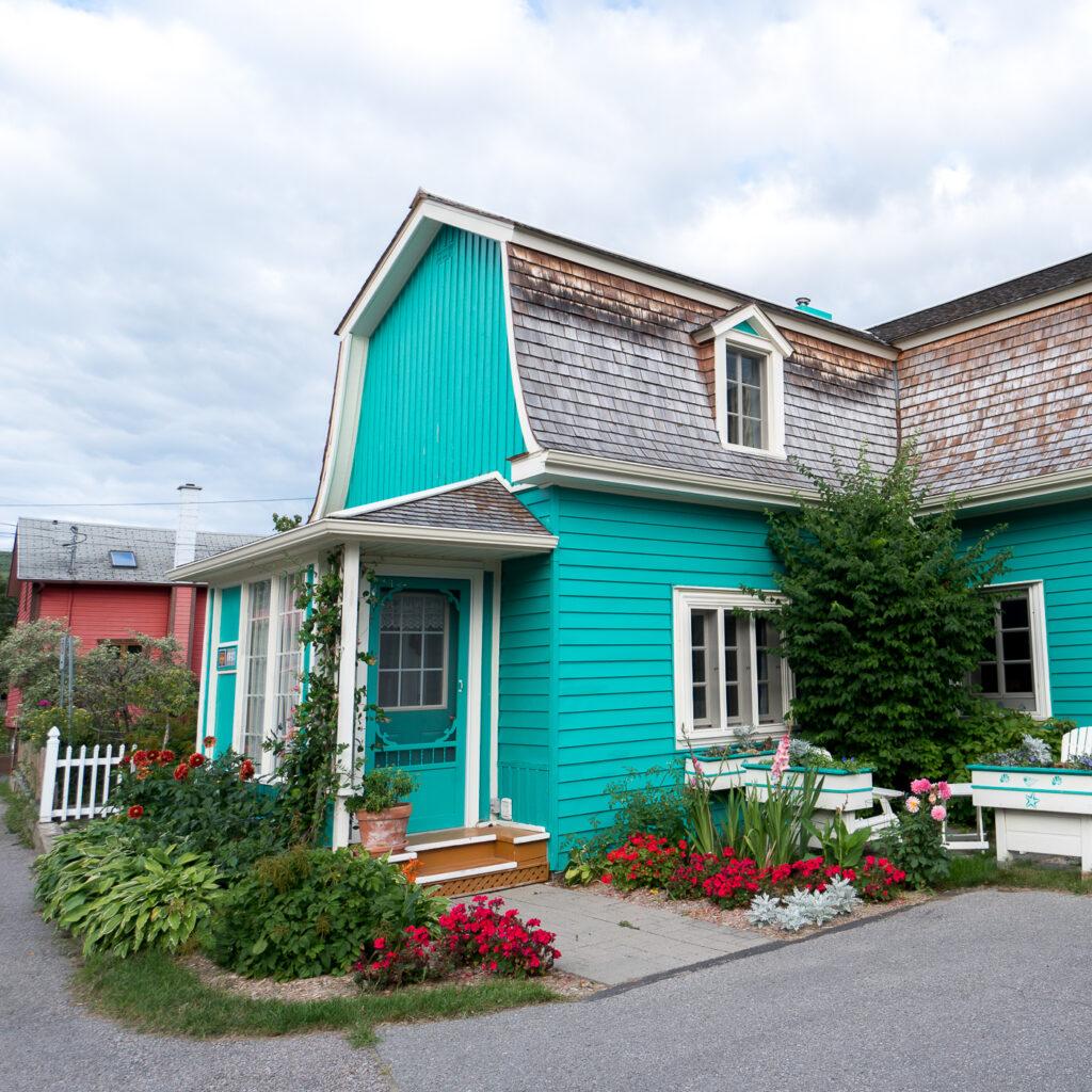 Maison turquoise cute à Tadoussac