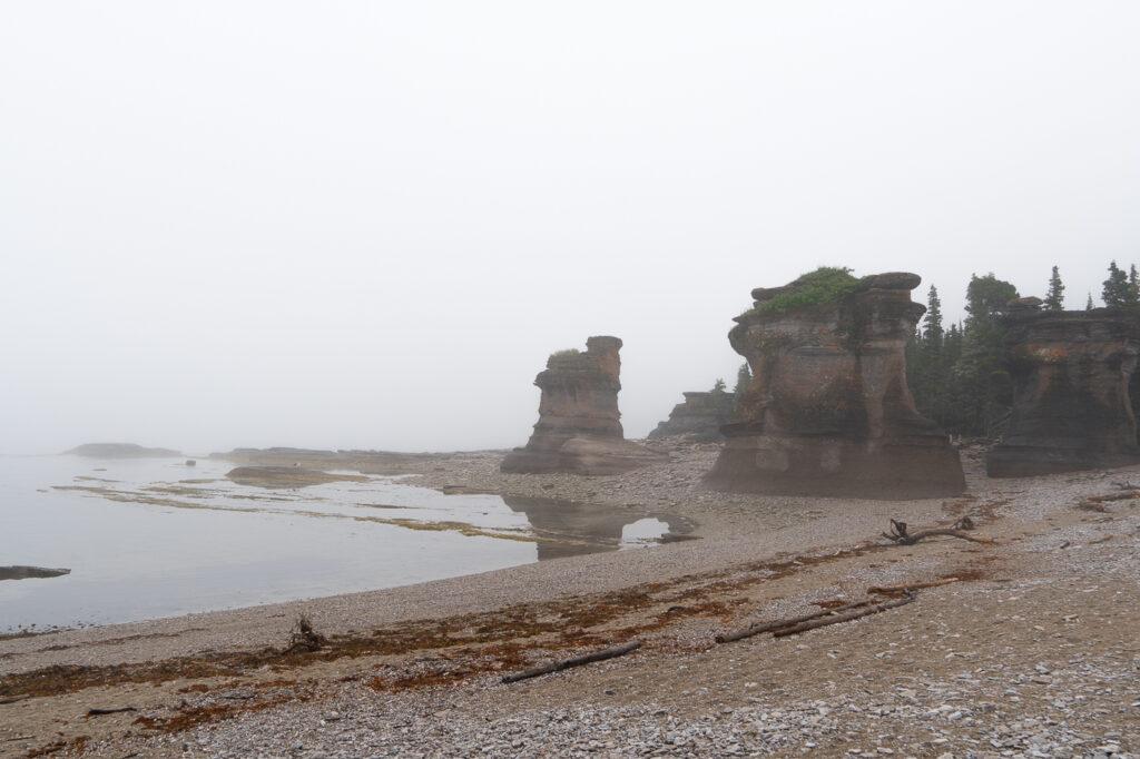 monolithes dans la brume - Quoi faire dans l'archipel de Mingan