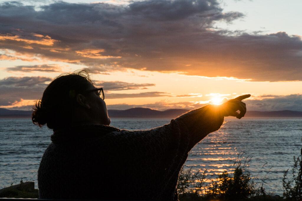 Anne qui pointe le coucher de soleil