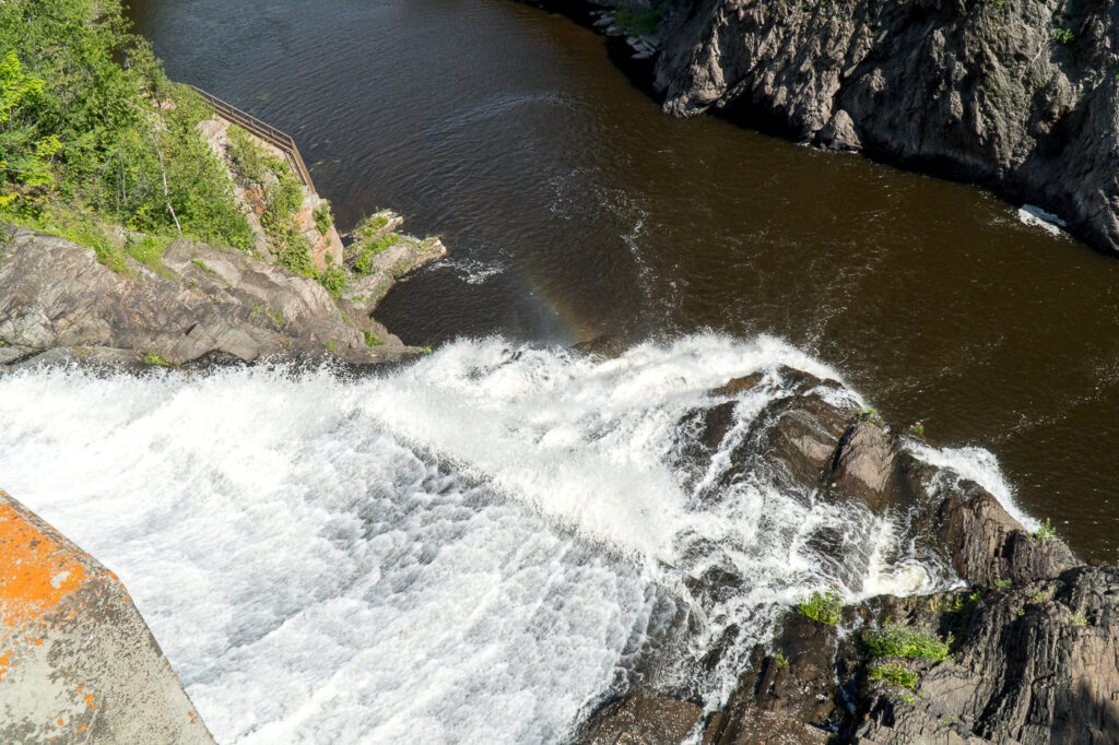 arc-en-ciel dans la cascade au parc des chutes de la passerelle