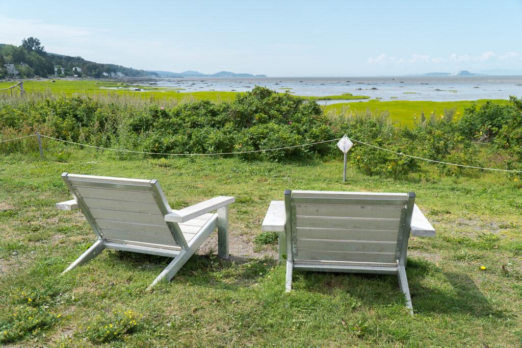 chaises pour admirer le paysage à Notre-Dame-du-Portage, Québec, Canada
