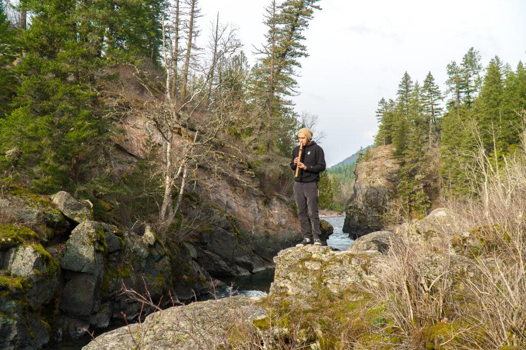 joueur de flûte - tourisme autochtone à Kelowna, Canada