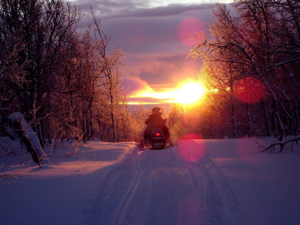 Motoneige au coucher de soleil au Québec - Fredrik Bäckman de Pixabay