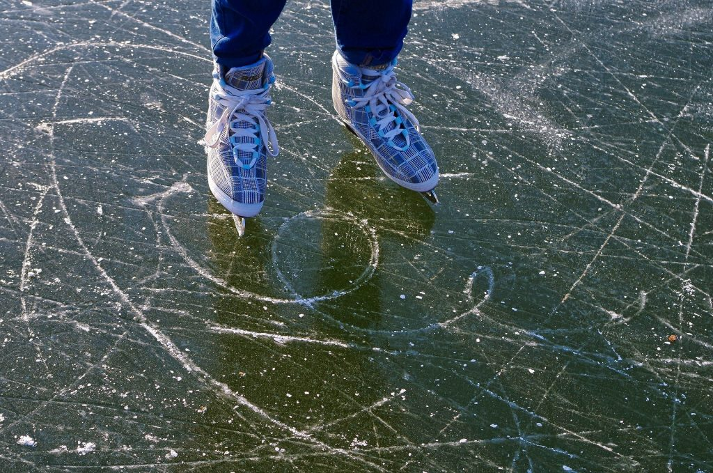 Patinage sur lac gelé au Québec en hiver - 995645 de Pixabay